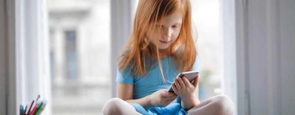 criança assistindo live no celular